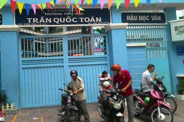 Phụ huynh Trường tiểu học Trần Quốc Toản chờ đón con sau giờ tan trường