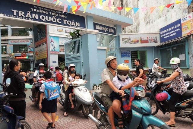 Phụ huynh Trường tiểu học Trần Quốc Toản đón sau vào ngày thứ 6 - ngày duy nhất trong tuần giáo viên không tổ chức dạy thêm