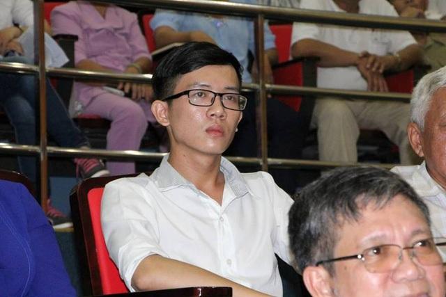 Thầy Trần Thái Châu được chính thức công nhận viên chức sau 15 tháng dạy không lương (Ảnh: Quốc Anh)