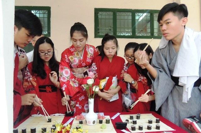 Học trò cùng trải nghiệm ẩm thực Nhật Bản.