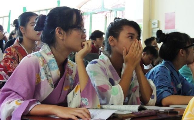 Nhiều học trò nghẹn ngào, bật khóc khi xem phim tư liệu về sự kiện Mỹ ném bom nguyên tử xuống Hiroshima và Nagasaki khi các em được nhìn những hình ảnh cảnh quay, thực tế... chỉ không chỉ là những con chữ, con số.