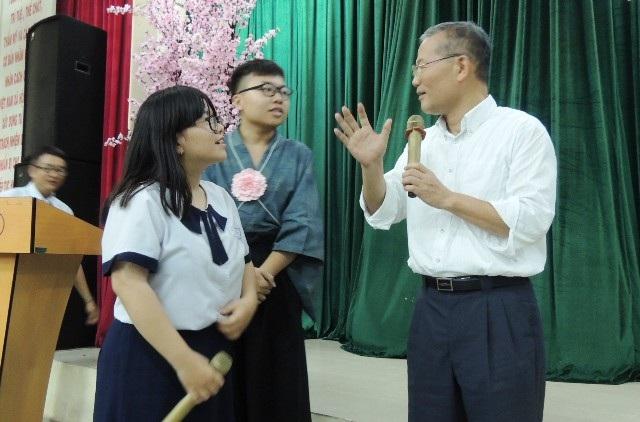 Một giáo viên tiếng Nhật, người Nhật cũng được mời lên để trao đổi với học sinh