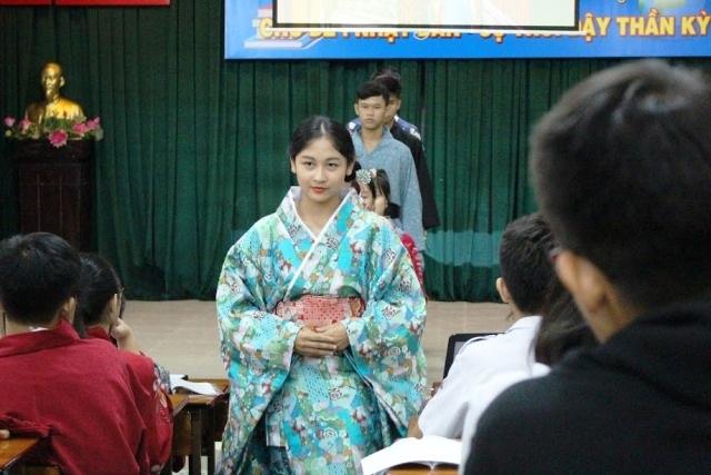 Học sinh múa, trình diễn thời trang… trong giờ học - 7