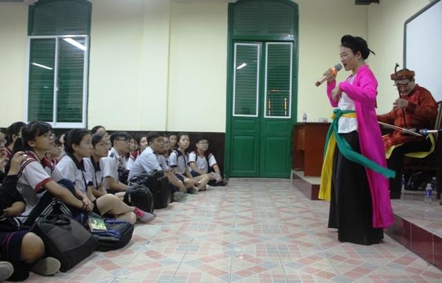 Học sinh Trường THPT Trưng Vương, TPHCM tìm hiểu về chèo