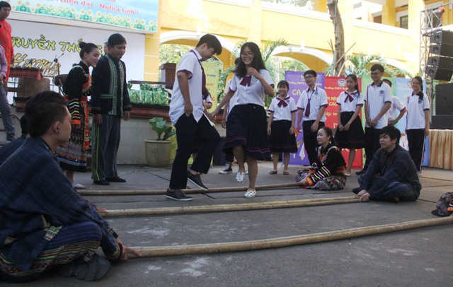 Học sinh thành phố vui nhảy sạp, hát chèo - 3