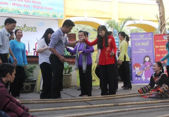 Thầy và trò cùng nhảy sạp - một hoạt động vui chơi nhưng cũng gắn liền với việc dạy học chính khóa ở nhà trường