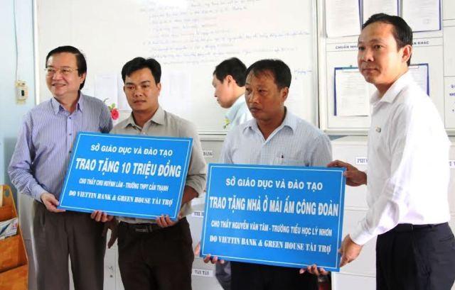 Lãnh đạo Sở GD-ĐT TPHCM trao quà hỗ trợ cho giáo viên ở Cần Giờ