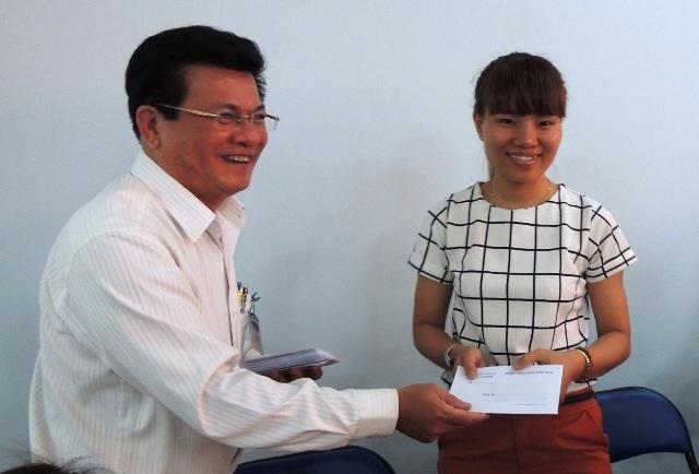 Lãnh đạo quận Tân Bình, TPHCM trao phần quà trị giá 300.000 đồng cho các giáo viên, công nhân viên đang làm việc trong trường học