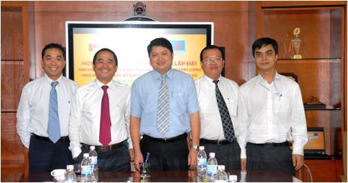 Ông Vũ Đình Duy (giữa) trong lễ Ký hợp đồng cung cấp dịch vụ bảo hiểm rủi ro trong xây dựng, lắp đặt cho Dự án Nhà máy Polyester Đình Vũ
