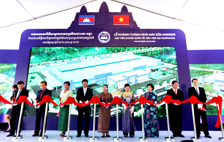 Vinamilk vừa khánh thành nhà máy sữa Angkor Milk 23 triệu USD tại Campuchia tháng 5 vừa qua, đây là nhà máy sản xuất sữa đầu tiên tại xứ sở chùa tháp.