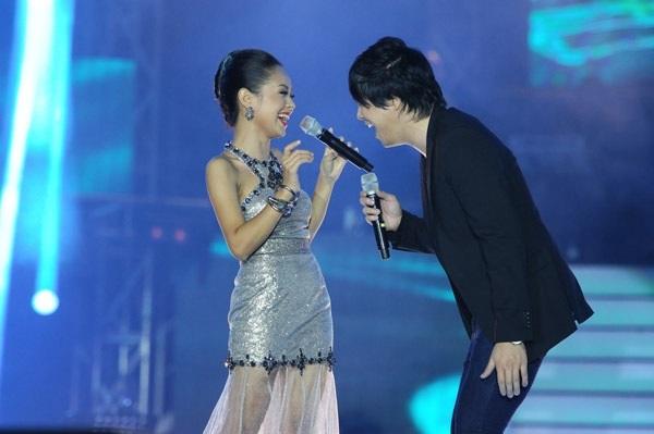 Hoàng Quyên và Thanh Bùi trên sân khấu Vietnam Idol 2012. Ảnh: TL.