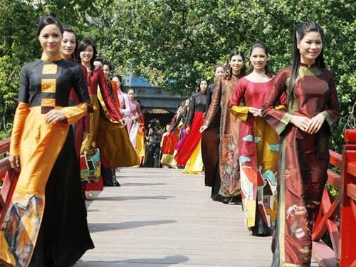 Biểu diễn thời trang trước cổng đền Ngọc Sơn và cầu Thê Húc sẽ là một trong những hoạt động điểm nhấn. Ảnh: TL.