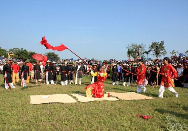 Hát múa Ải Lao trong hội Gióng ở Long Biên vừa được công dân Di sản văn hoá phi vật thể. Ảnh: TL.