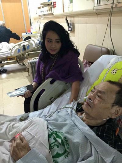 Diva Thanh Lam trong một lần đến thăm nhạc sĩ Thanh Tùng lúc ông còn chữa bệnh trong bệnh viện. Ảnh: TLam.