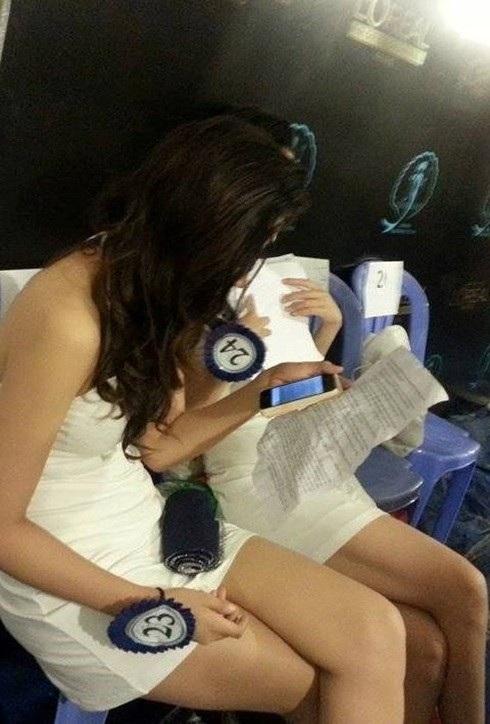 Ảnh thí sinh Hoa hậu Đại Dương học thuộc lòng câu hỏi và phần trả lời ứng xử trong hậu trường. Ảnh: TL.