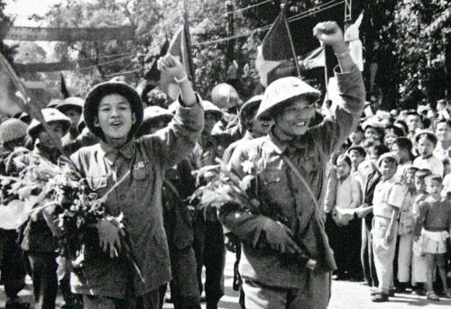 Những hình ảnh về ngày giải phóng Thủ đô đã đi vào lịch sử. Ảnh: TL.