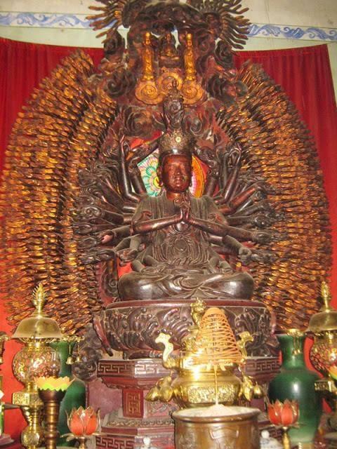 Tượng Phật bà Quan Âm nghìn mắt nghìn tay trước khi bị đánh cắp hôm 29/9. Ảnh: TL.