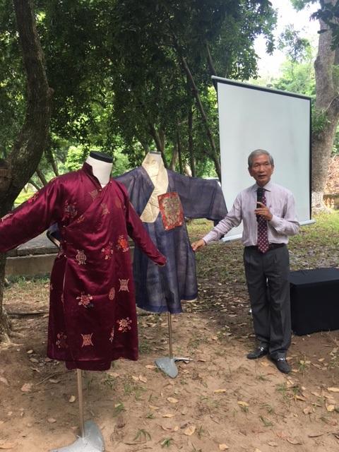 Nhà nghiên cứu Trần Đình Sơn trình bày về sự ra đời của áo dài bằng những bộ áo dài ông đã sưu tầm được. Ảnh: Tùng Long.