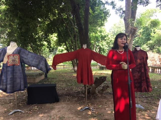 NSND Hoàng Cúc cũng chia sẻ câu chuyện khiến bà vô cùng tự hào mỗi khi khoác lên mình bộ áo dài truyền thống. Ảnh: Tùng Long.