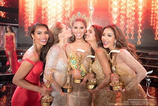 Cuộc thi Hoa hậu Hòa bình Quốc tế 2017 có chủ đề Chấm dứt chiến tranh và bạo lực, dự kiến diễn ra trong khoảng thời gian, từ ngày 5/10 đến ngày 25/10/2017 tại Việt Nam ở 3 tỉnh, thành phố: Quảng Bình, Huế và Kiên Giang. Ảnh là phút đăng quang của Miss Grand International 2016.