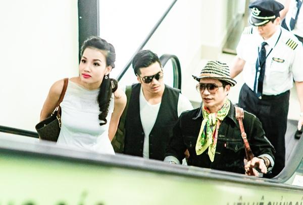 Dustin Nguyễn gây ấn tượng tại sân bay với bộ đồ khá... nữ tính. Họ khá say sưa khi bàn luận về điện ảnh và LHP.