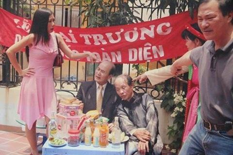 NSND Khải Hưng đang đạo diễn một tiểu phẩm cho Gặp nhau cuối tuần có sự tham gia của nghệ sĩ Phạm Bằng, Văn Toàn, Hương tươi. Ảnh: NVCC.