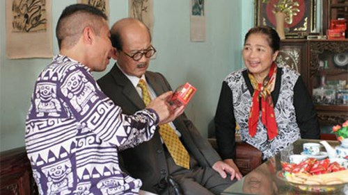 NSƯT Phạm Bằng trong một tiểu phẩm hài Tết với nghệ sĩ Kim Xuyến và Công Lý. Ảnh: NVCC.