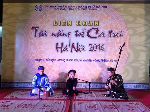 Ca nương Nguyễn Thục Trinh - 7 tuổi (CLB Ca trù Lỗ Khê) là thí sinh trẻ tuổi nhất của Liên hoan lần này. Ảnh: MQ.