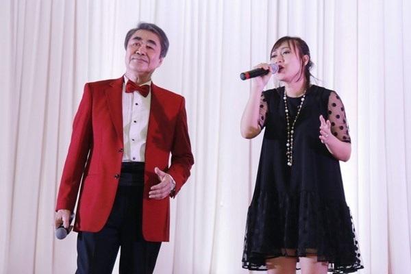 NSND Quang Thọ và cô học trò Khánh Linh trong một sự kiện âm nhạc.