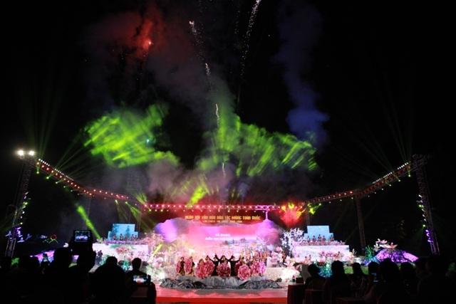 Đêm hội kết thúc trong những sắc màu lung linh và giai điệu rộn ràng của người Mông.