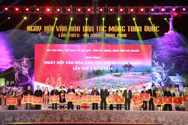Ban tổ chức trao cờ cho các đoàn nghệ nhân đến từ các tỉnh trong cả nước.