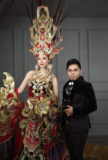 Nhà thiết kế Lê Long Dũng và bộ trang phục dân tộc của Khá Ngân mang đi dự thi Hoa hậu Siêu quốc gia 2016. Ảnh: TL.