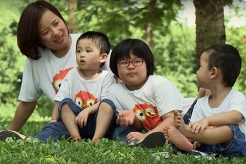 Tiến sĩ Hoàng Thị Kim Dung và 3 người con, nhân vật của phim tài liệu Đáng sống. Ảnh: TL.