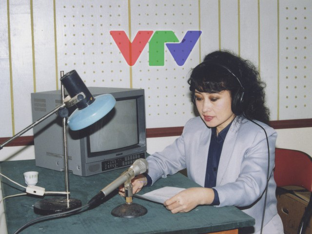 Cách dẫn bản tin của các phát thanh viên thời kỳ đầu. Ảnh: VTV.