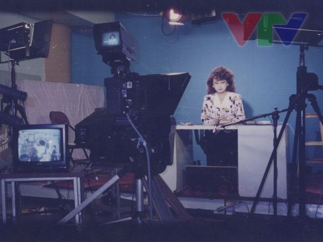 Hình ảnh NSƯT kim Tiến dẫn bản tin Thời sự vào lúc 19h vẫn còn nằm trong ký ức của nhiều khán giả. Ảnh: VTV.