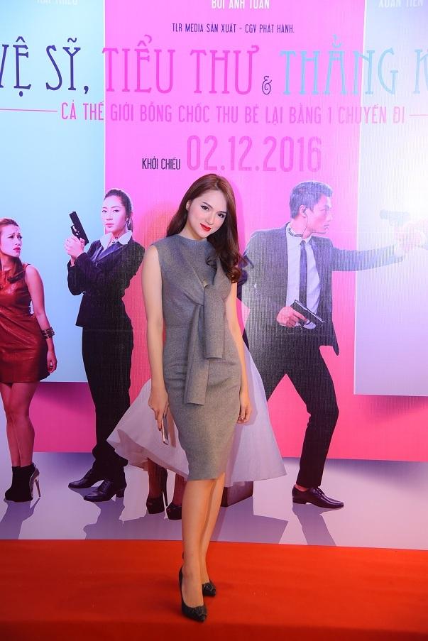 Ca sĩ Hương Giang Idol xuất hiện với bộ cánh kín đáo nhưng rất trang nhã. Nữ ca sĩ này cũng đảm nhận phần dẫn dắt sự kiện ra mắt phim.