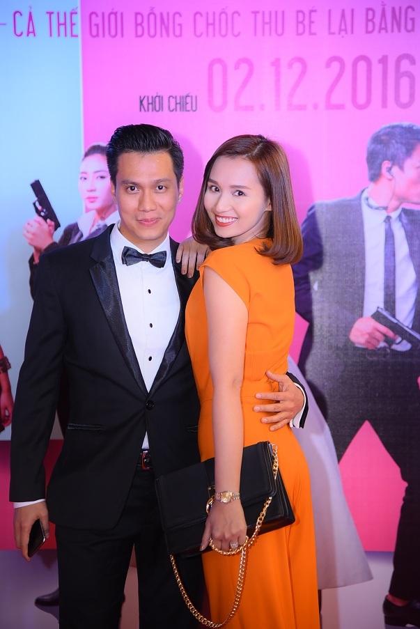 Lã Thanh Huyền cũng đến chúc mừng bạn trai cũ. Nữ diễn viên phim Ngày trở về diện một bộ cánh thời trang màu vàng nghệ hết sức nổi bật.