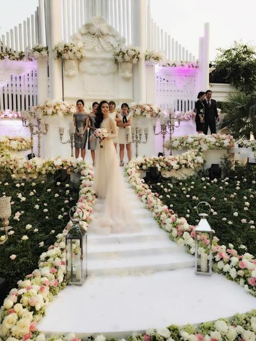 Cô dâu Mai Ngọc ở bên ngoài sảnh tiệc cưới.