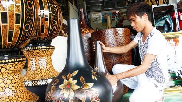 Ở Việt Nam, sơn mài có lịch sử lâu đời và đã được phát triển từ nghề thủ công truyền thống sang nghề thủ công mỹ nghệ và cao hơn là nghệ thuật tạo hình hiện đại. Ảnh: TL.