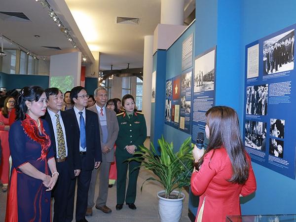 Thứ trưởng Bộ VHTTDL Đặng Thị Bích Liên cùng các lãnh đạo, quan khách đến dự triển lãm.