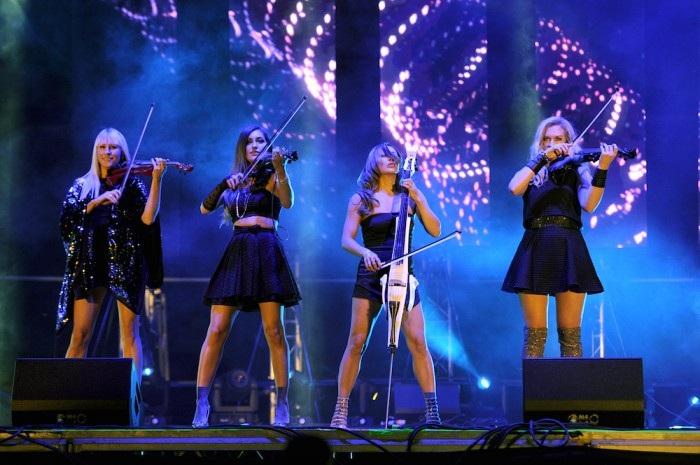 4 cô gái xinh xắn của tứ tấu dây Bond biểu diễn ở Hà Nội trong một đêm nhạc duy nhất. Ảnh: TL.