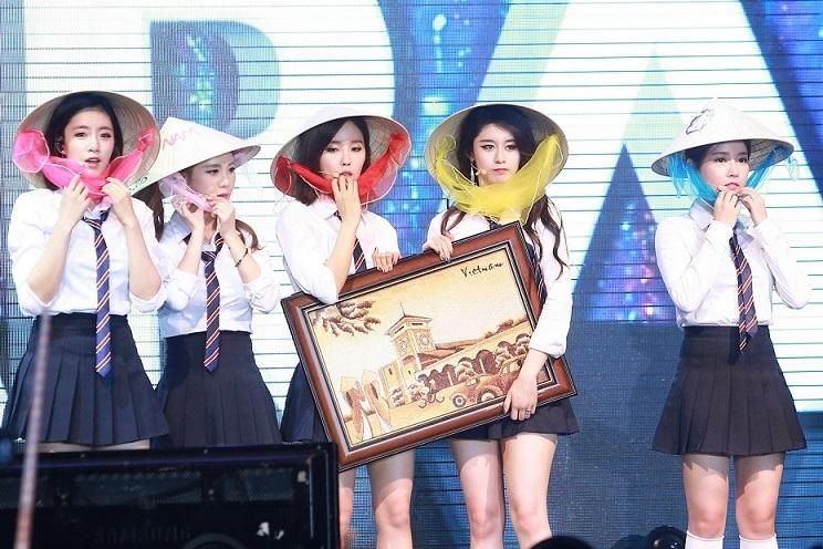 T-ara đội nón lá Việt Nam trong đêm minishow ở TP.HCM hồi tháng 3. Ảnh: TL.