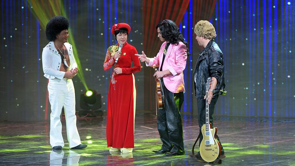 Cả 3 giành nhau hát trước khiến MC Thảo Vân phải bước ra sân khấu phân giải nhưng khi MC bước ra họ cũng giành phần nhau nói khiến MC bị đơ ngay trên sân khấu.