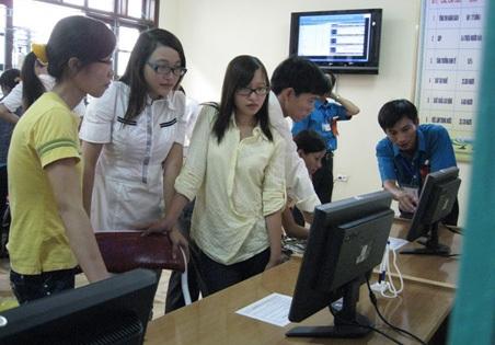 Lao động tìm kiếm việc làm tại sàn giao dịch của Trung tâm Giới thiệu việc làm Hà Tĩnh.