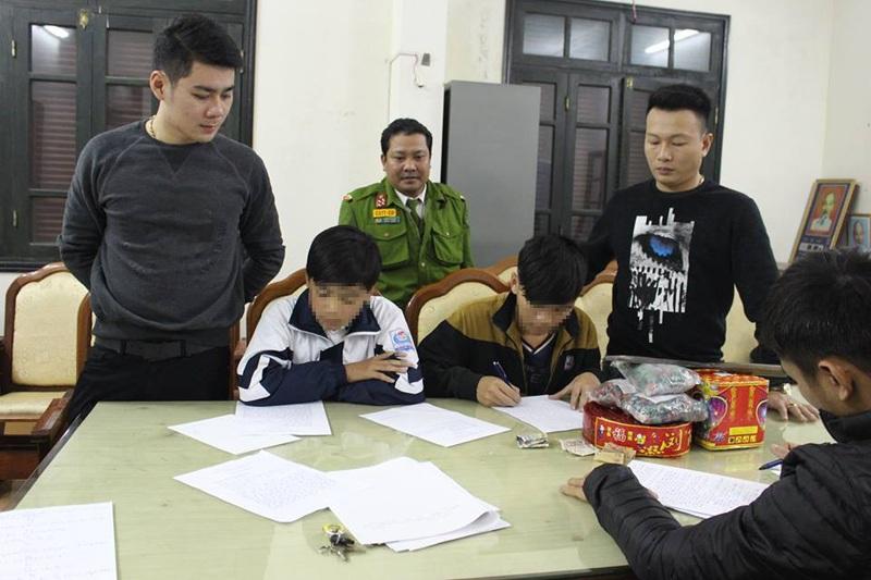 Lực lượng công an thành phố Hà Tĩnh đang lấy lời khai đối với 2 học sinh mua pháo qua Facebook