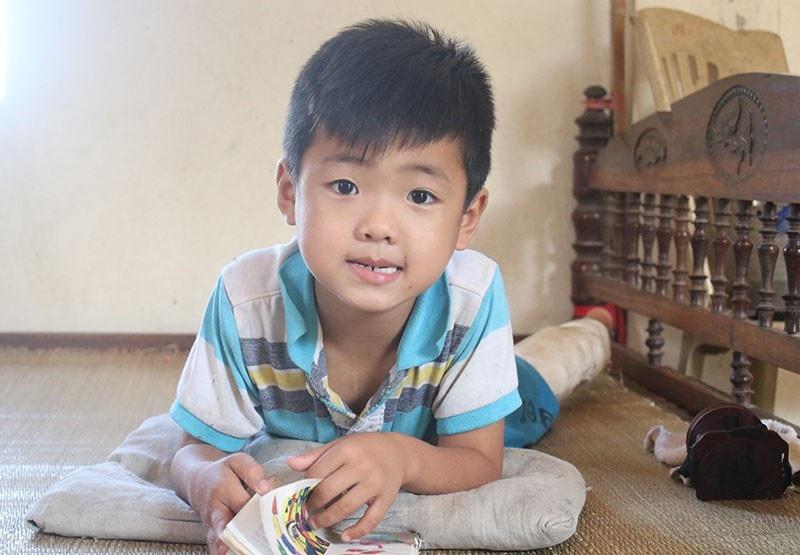 Thái Phú rất khôi ngô nhưng phải làm bạn với chiếc giường vì căn bệnh quái ác.
