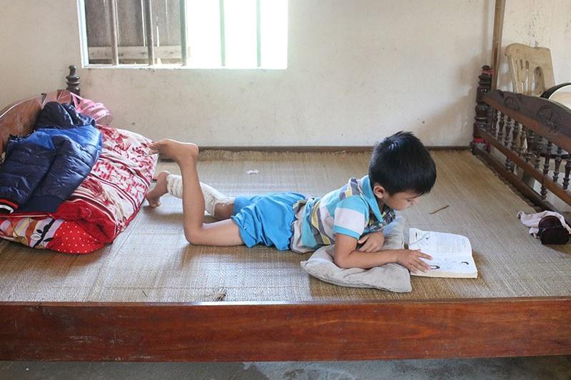 Thỉnh thoảng Thái Phú lại lấy sách ra đọc.