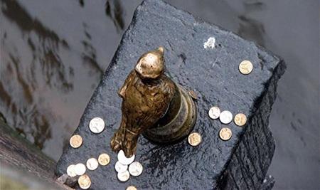 Bức tượng cao 11cm, hình chú chim kim oanh ở bức tường kè trên sông Fontanka.