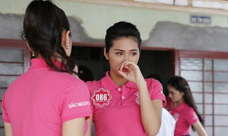 Thí sinh rớt nước mắt khi tới thăm nhà của người cựu tù Phú Quốc Phạm Hồng Phước.