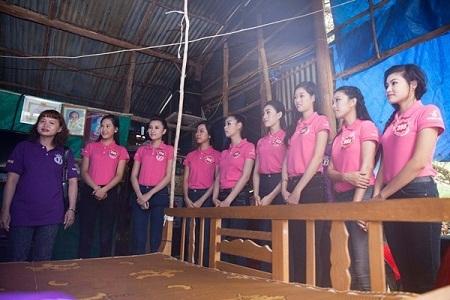 Một nhóm 10 thí sinh tới thăm nhà ông Vũ Chí Kiên, thương binh hạng 1/4 nhiễm chất độc da cam.